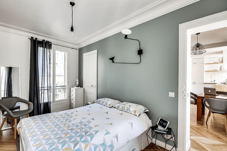 The bedroom is very cozy, with an entrance to the balcony, with geometric motifs and truly Scandinavian lamps