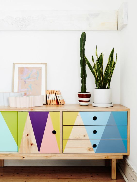 make a basic sideboard with touches of bright colors and it will personalize your home