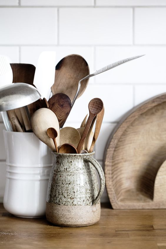 various kinds of kitchen utensils are important for an airbnb, so your guests could cook comfortably