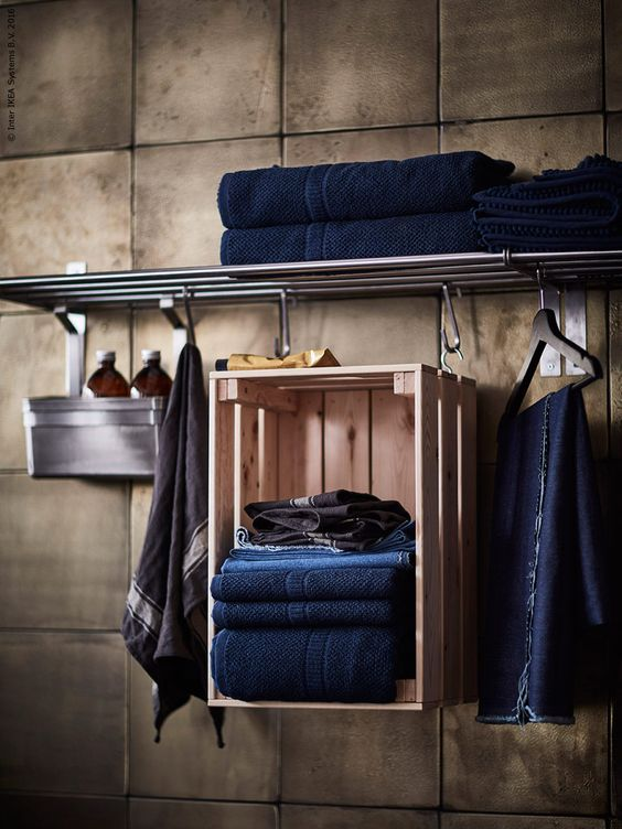 a suspended Knagglig box in the bathroom for storing towels is a simple craft
