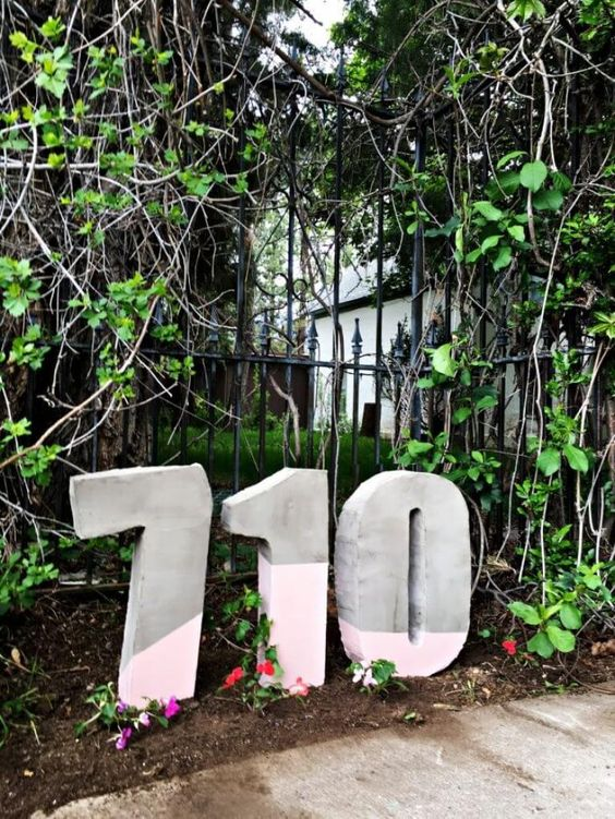 oversized concrete house numbers with color blocking is a hot and ultra-minimalist idea for a modenr home, place them on the lawn or somewhere in front of your home