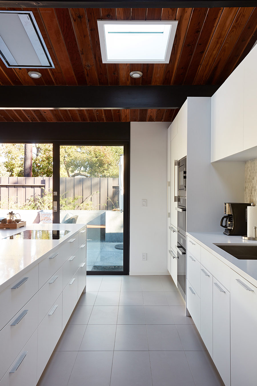 A glazed wall that can be opened and skylights in the ceiling bring much light inside