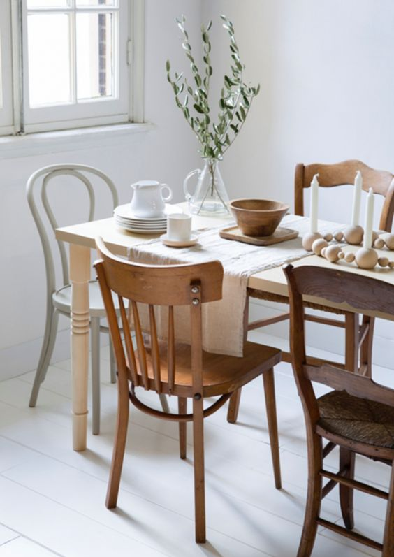 totally mismatching wooden chairs and a dining table create a bold and chic look