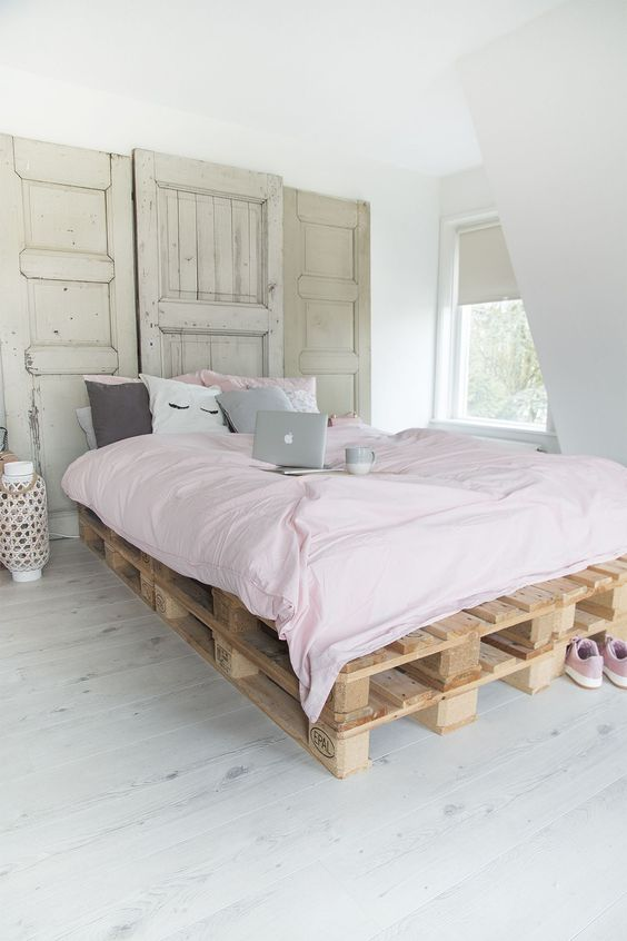 soften the industrial look of your pallet bed with some pastel bedding like here