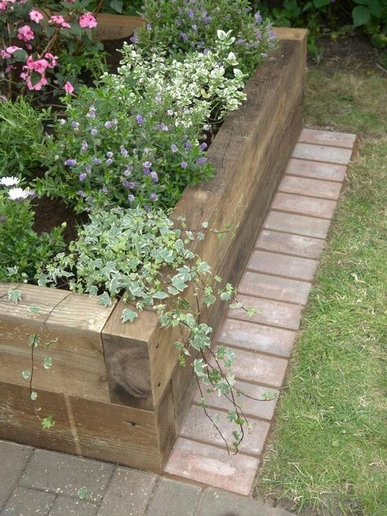 a wooden garden bed is a natural and very relaxed idea, which has only one disadvantage, it's not durable
