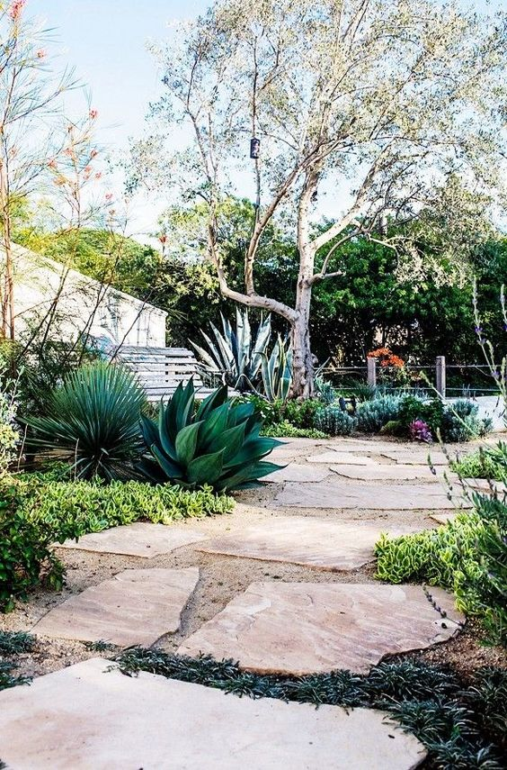 decomposed granite landscaping in a neutral shade with with large rock tiles for hardscaping