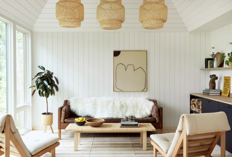 The space is done with wooden planks and a simple color scheme - navy, white, light-colored wood and wicker touches