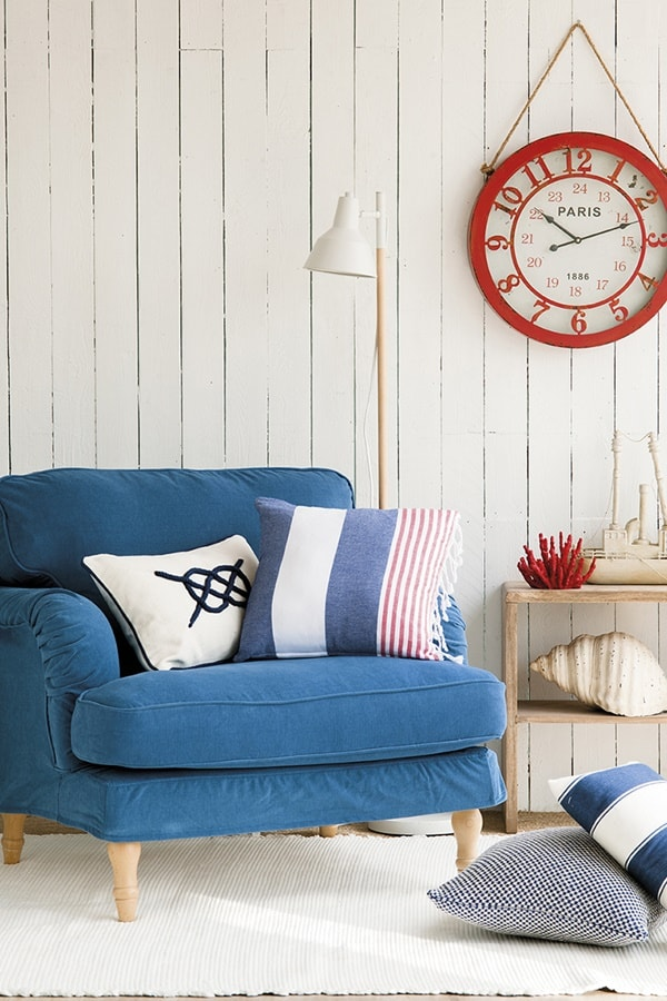 a nautical nook with cremay as the main color, blue as the secondary and red for highlighting the space