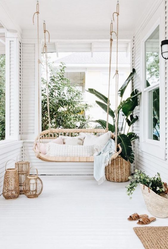 woven candle lanterns, a jute rug and a woven planter with a statement piece is a cool idea