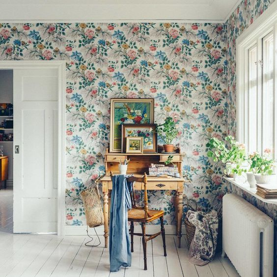 beautiful vintage-inspired summer-like wallpaper in blue and coral shades looks gorgeous
