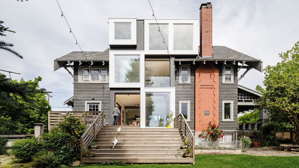 This home was built in 1907 and was extended and renovated now and got some fearlessly distinct glass cubes