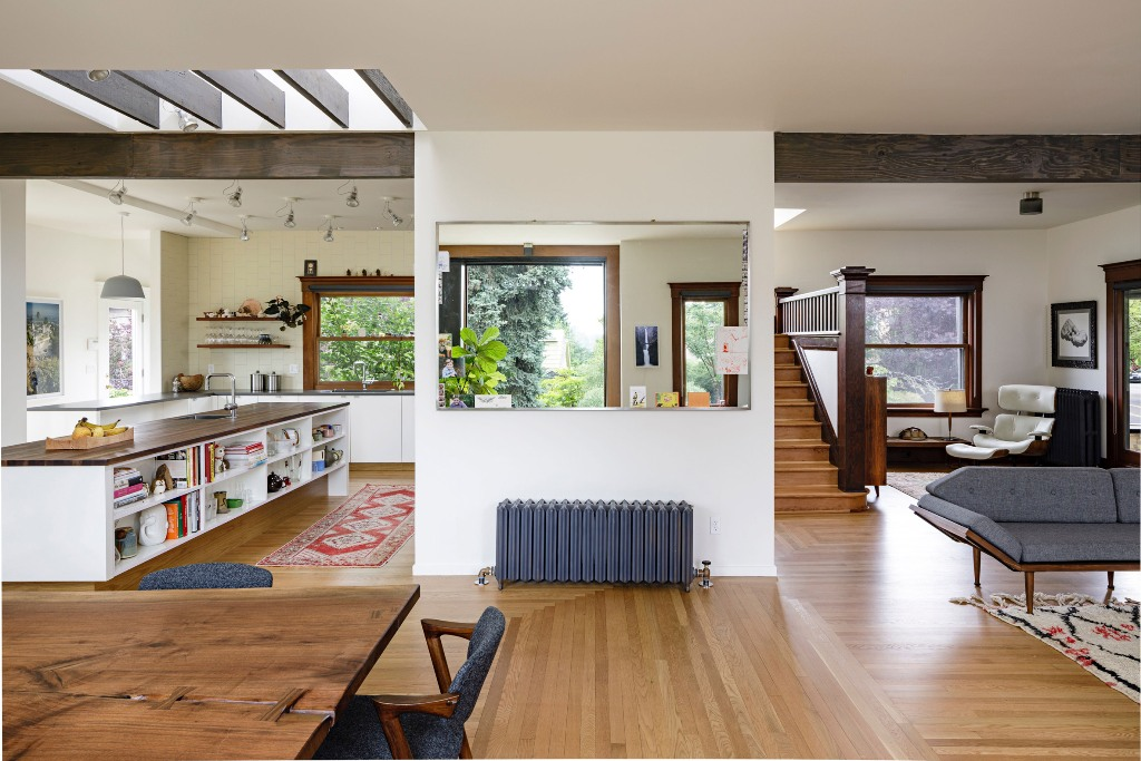 The open layout helped to maximize the space, it got much natural light and chic decor