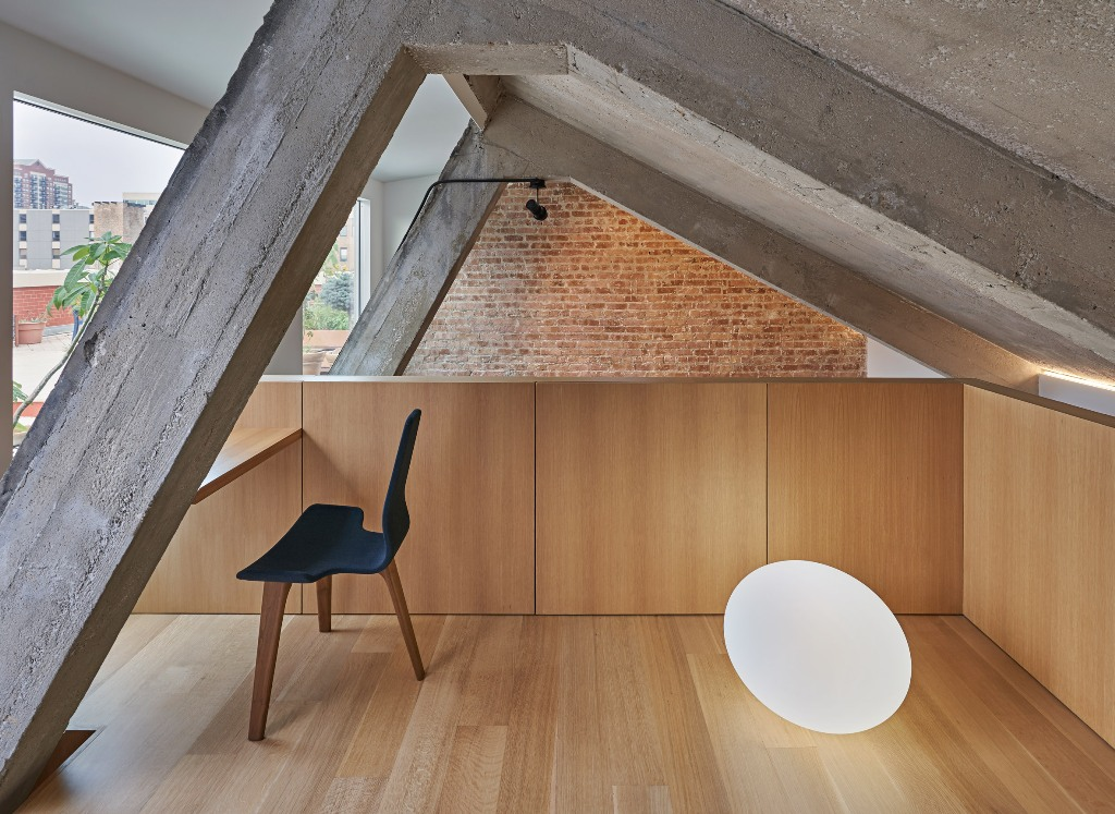 a tiny yet super cool minimalist home office design