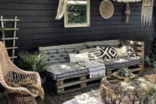 a diy outdoor pallet daybed