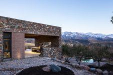 01 This contemporary mountain house is a seasonal home, the architecture of which is influenced by the local architecture