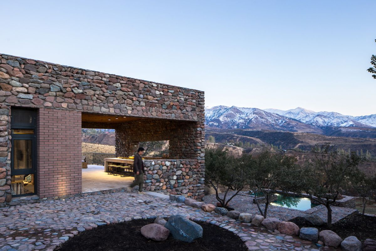 This contemporary mountain house is a seasonal home, the architecture of which is influenced by the local architecture