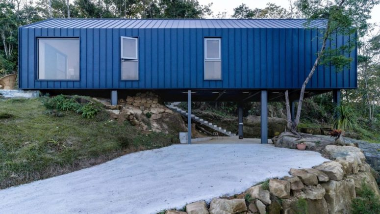 The house is supported by tilts that keep it floating over the land and allow building on a mountain without any issues