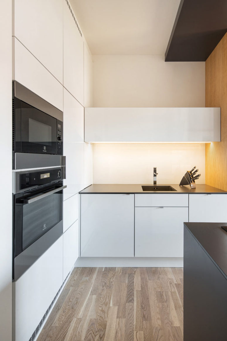 All the appliances are built-in, there's much built-in light and all the surfaces are super sleek, they look veyr clean