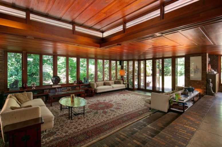 The interiors are strongly connected to outdoors thanks to lots of windows and whole glazed walls