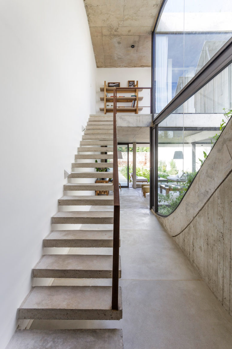 The spaces are filled with natural light through glazed walls and thanks to uncluttering them from excessive furniture