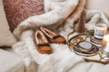 14 a pink faux fur pillow and a neutral fur blanket are amazign to cozy up in the fall