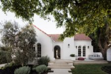 01 This gorgeous and traditional Spanish colonial house was renovated on the inside to match the tastes of the owners