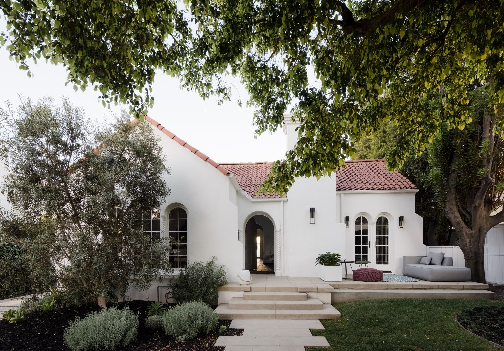 This gorgeous and traditional Spanish colonial house was renovated on the inside to match the tastes of the owners