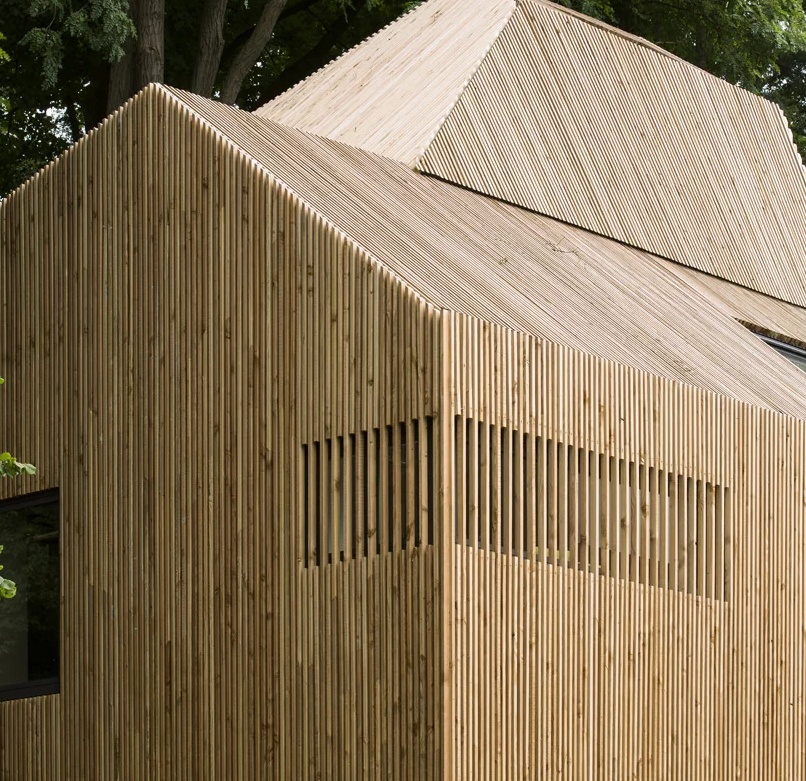 The house is fully clad with wood to highlight its lines and shapes and to contrast  the original home