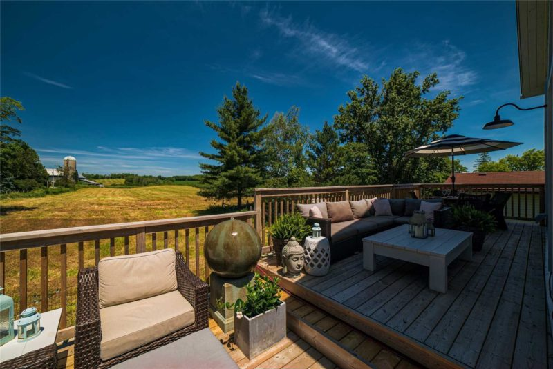 The deck faces the famrhland and there are stunning views of the surroundings