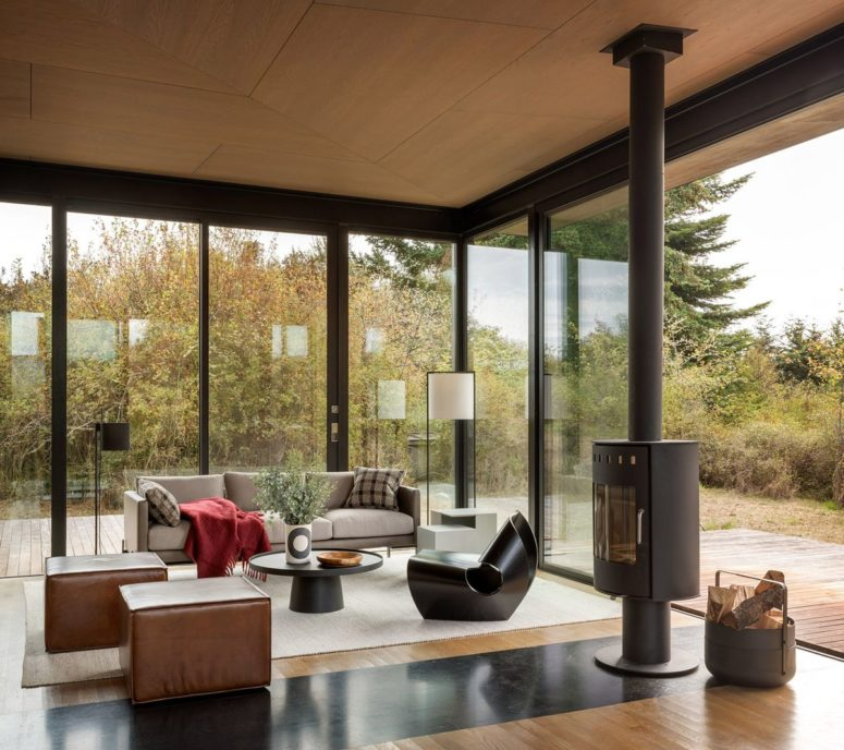 This cabin is a guest house and it continues the decor of the house itself