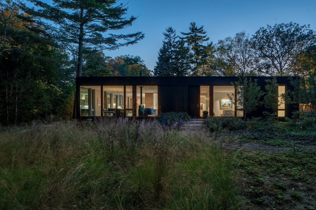 This gorgeous natural home is a single floor one to create a storng connection with nature as the owners are nature lovers