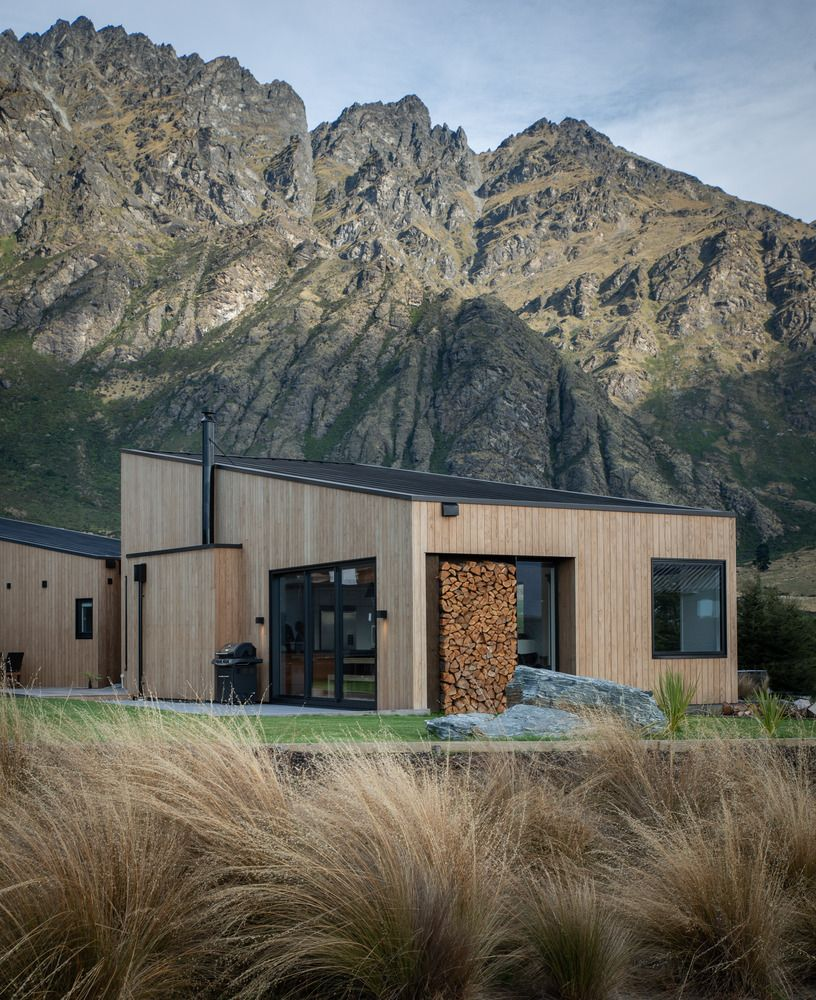 This house is intentionally modest and a simple, a strategy designed to help it blend into the Alpine landscape, which is in the Southern Alps in New Zealand