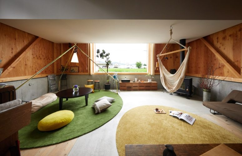 The decor of the spaces is simple and contemporary, with much natural wood and plywood and soft fabrics of muted colors