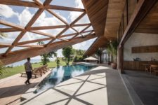 02 The indoor spaces are opened to outdoors with sliding doors and a sculptural geometric roof creates a seamless transition between them
