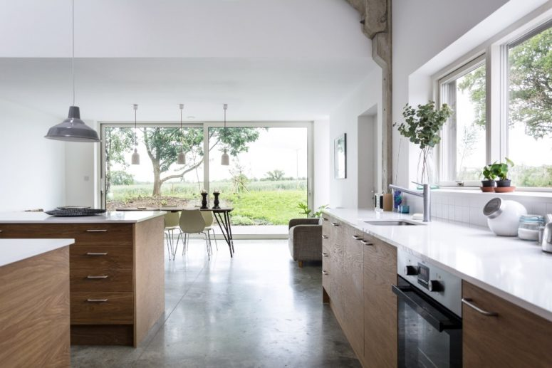 The kitchen and dining space are united, opened to outdoors and thanks to that filled with natural light