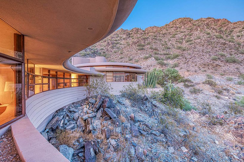 The house overlooks the canyon and glazed spaces give amazing views of the surroundings