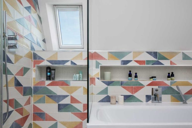 The tiles are geometric, color block and very bright to continue the decor of the extension