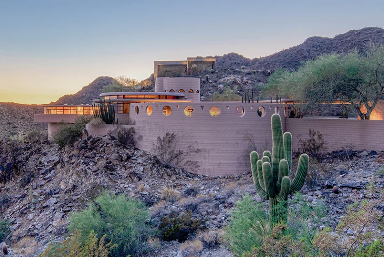 The house reminds of a spaceship placed right in the desert