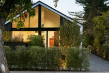 01 This contemporary home in California features contrasts and contemporary and mid-century modern design