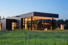 01 This contemporary house in Montana sits in beautiful natural surroundings and is at the confluence of two rivers