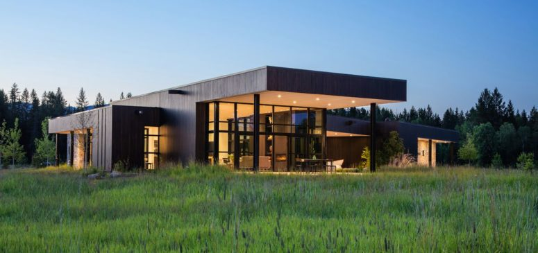 This contemporary house in Montana sits in beautiful natural surroundings and is at the confluence of two rivers