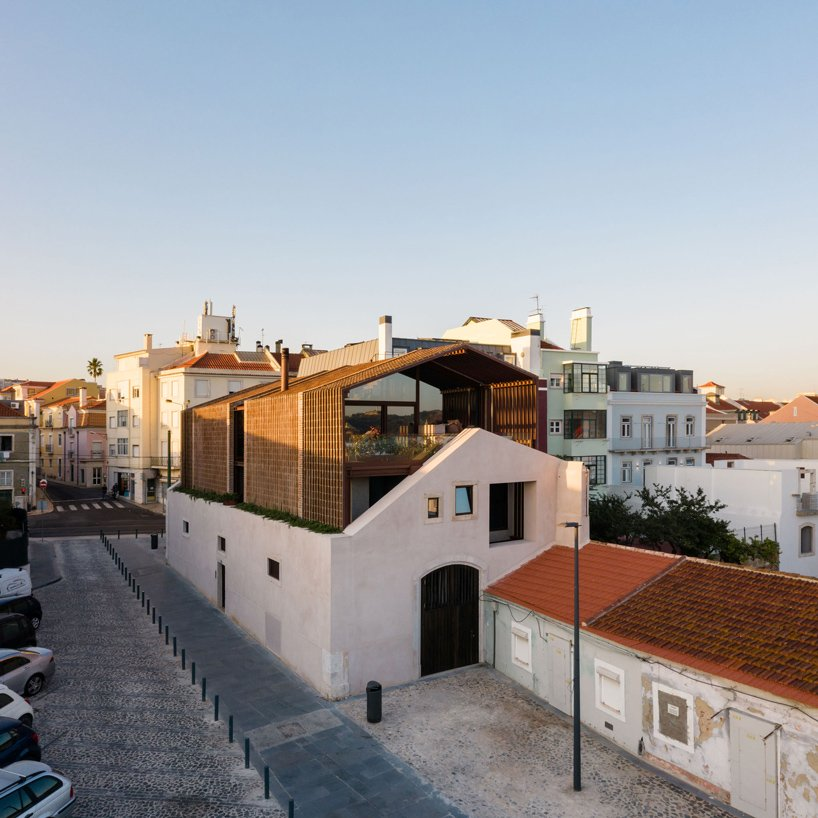 This house in Lisbon is a beautiful dwelling that unites traditional touches and modern warehouse aesthetics and such a combo makes it unique