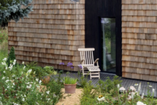 04 Such black wooden entances to the garden add a more modern touch to the house and a refined look