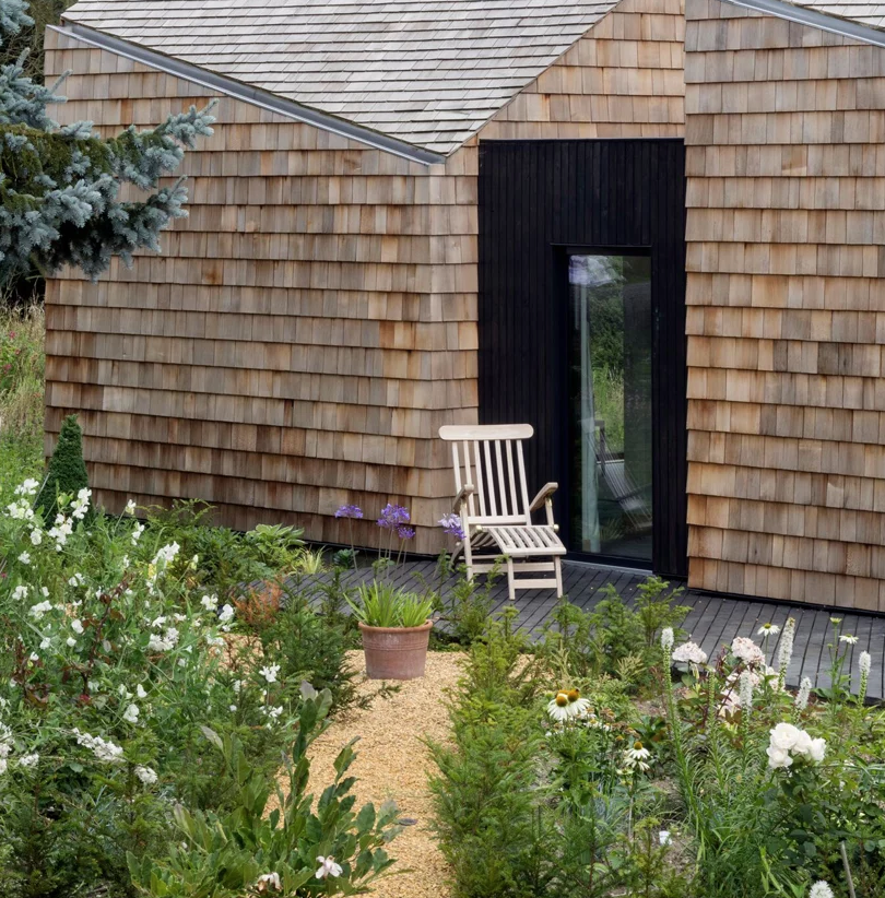 Such black wooden entances to the garden add a more modern touch to the house and a refined look
