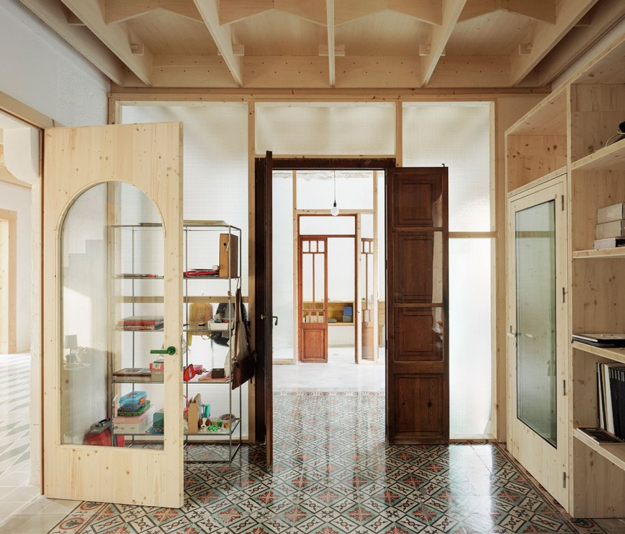 The house shows off tiles and wood, they are traditional crafts of Mallorca