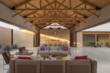 04 The living space is united with the dining one, there are beams on the ceiling and contemporary furniture with bright touches, sliding doors open the indoor spaces to outdoors