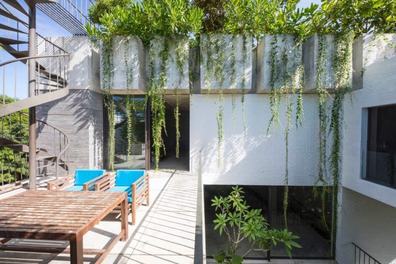 The house features maximal indoor-outdoor living and all the spaces are interconnected