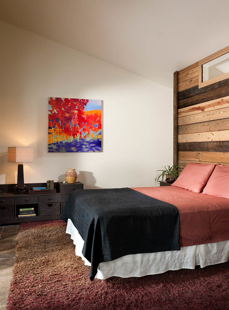 a wall covered with reclaimed wood in two tones brings a cozy rustic feel to the bedroom