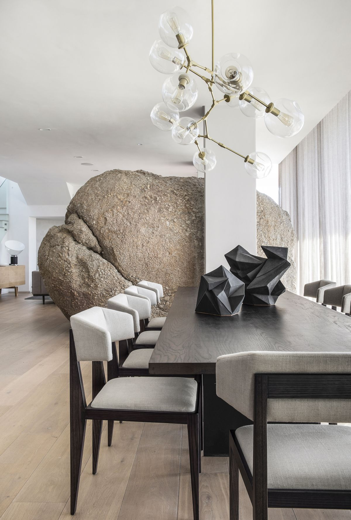 This gorgeous home in cape Town is a waterfront one, and it features luxurious design and an unbelievable space divider   a large rock
