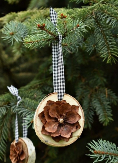 wood slice Christmas ornaments with pinecone flowers and plaid ribbons are very cute and all-natural